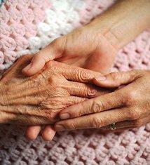 Tres manos tocándose